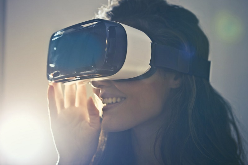 man-wearing-white-virtual-reality-goggles-834949